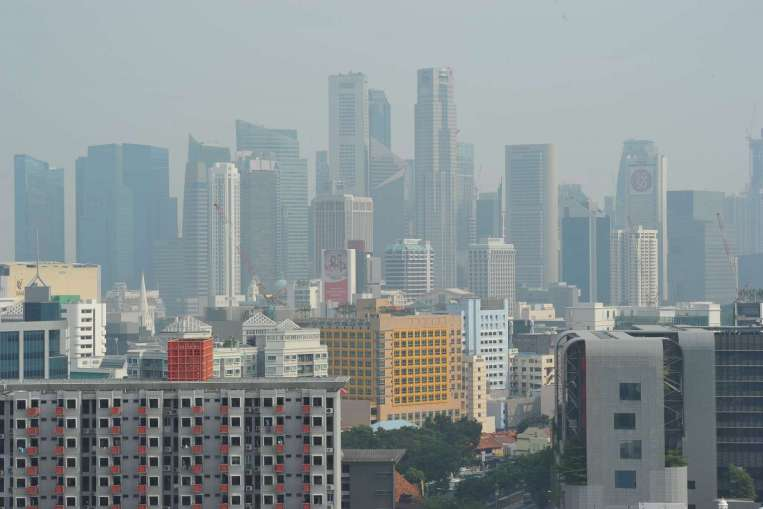 The Singapore skyline at 4.30pm on Sept 3, 2015 when the 3-hour PSI was 94. (Image credit: The Straits Times)