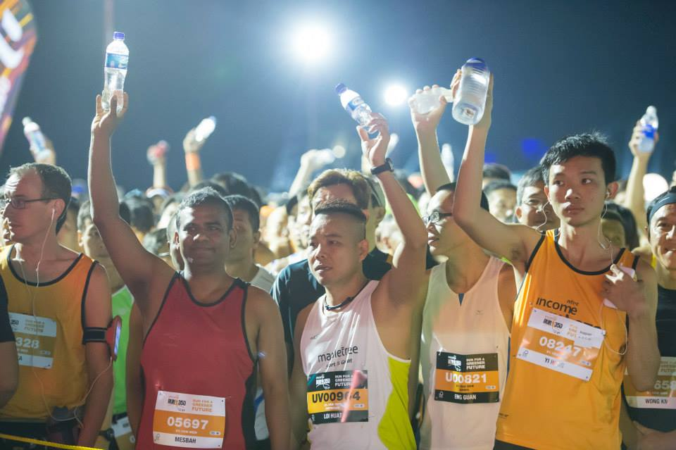 Runners raise their bottles to show support in helping reduce waste