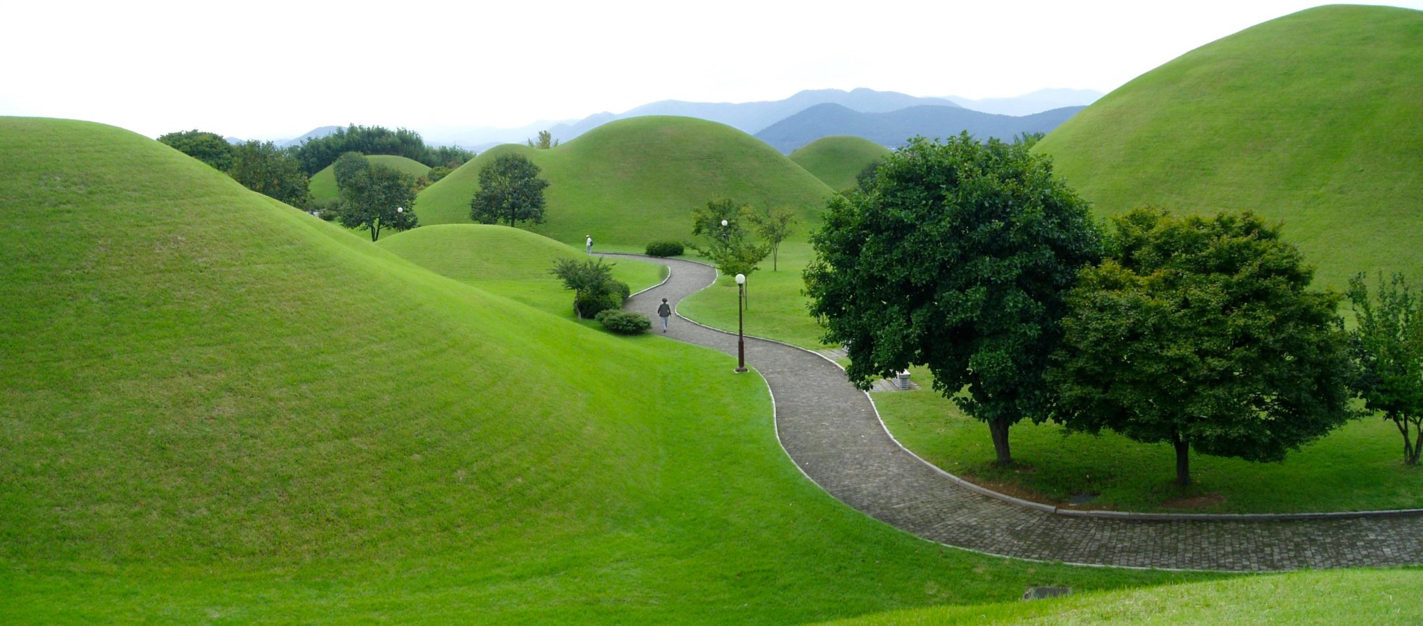Gyeongju_-_King_Tomb_Park_-_panoramio