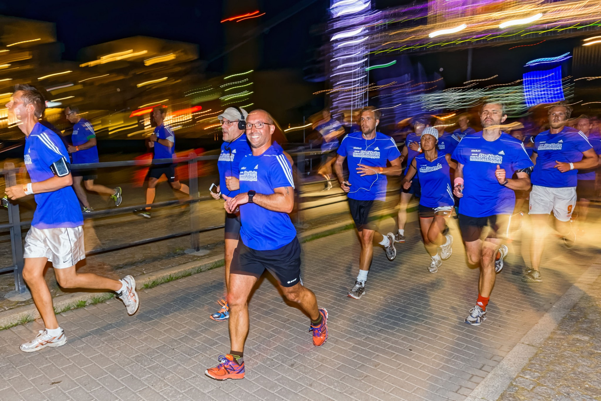 runners-at-night-race