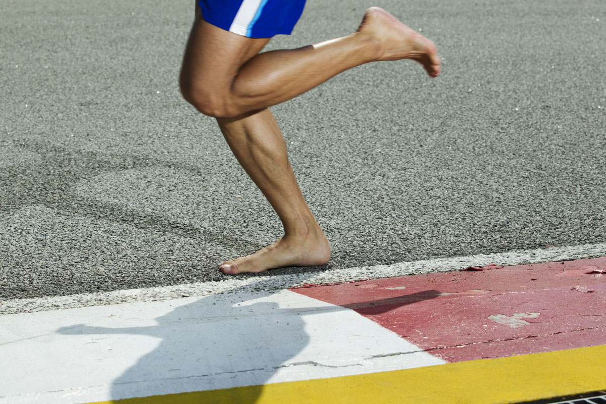running-barefoot-no-shoes-runner-feet