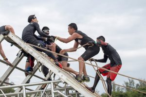 Display of friendship at Spartan race from https://www.youtube.com/watch?v=i9MBBcjlgR0